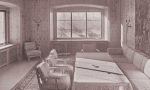 A view of the Scharitzstube in 1938 with furniture and wall tapestry